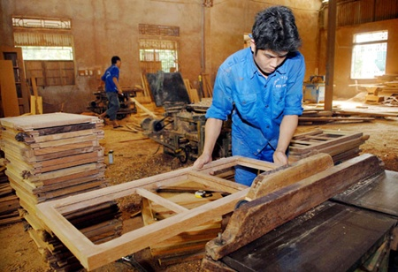 A worker makes interior products at Viet Anh Company in Hoa Xa Industrial Park, Nam Dinh Province. Viet Nam currently imports approximately 40 per cent of raw materials for processing and export (Photo: Danh Lam/VNS)