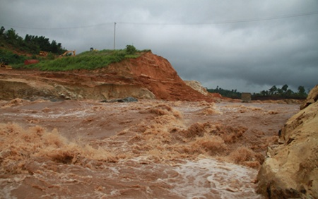 The dam broke for the second time last Friday, inundating 60ha of crops and damaging 30ha of rubber trees in Duc Co District (Photo: VOV Online)