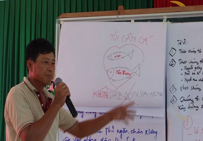 A chart showing how the Don Sahong hydropower dam will impact fish migration being explained to local residents in An Giang Province on November 20, 2014 (Photo credit: Vietnam Rivers Network)
