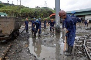 Workers clean the environment after the recent flood in Quang Ninh Province. Experts issued warnings about the uncontrolled exploitation of coal in the province. (Photo: laodong.com.vn)